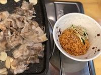 새콤달콤 비빔면에 담백한 대패삼겹살의 조합!